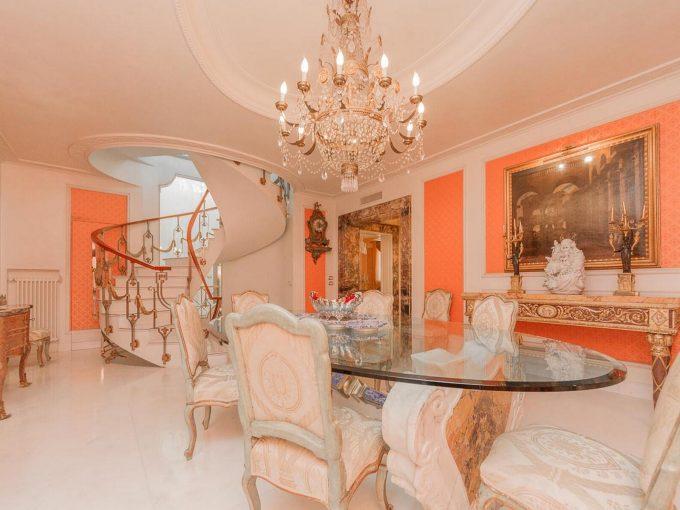 Portal Inmobiliario de Lujo en Roma, presenta edificio residencial de lujo venta en Via Dei Cappuccini, casas lujosas para comprar y viviendas independientes en venta en Italia.